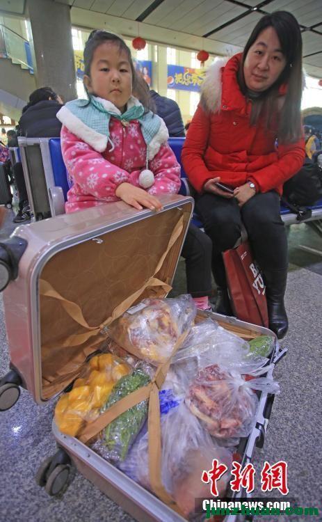 春运返程旅客行李箱中盛满家的味道(转)