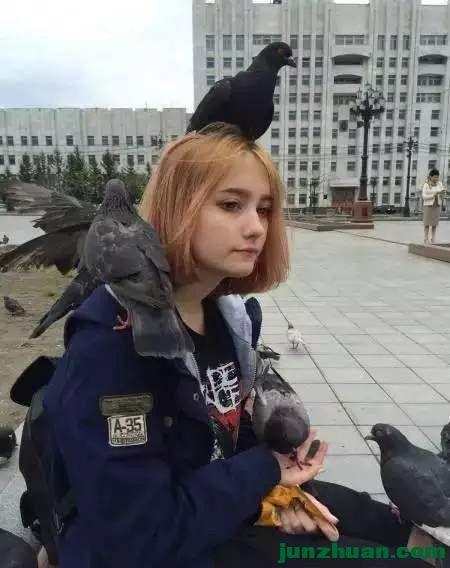 美女爱鸟鸟也爱美女!
